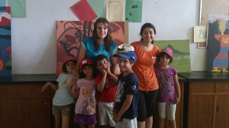Grupo de niños pequeños del campamento