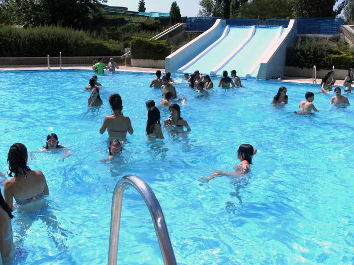Domingo de piscina y toboganes for Piscinas con toboganes