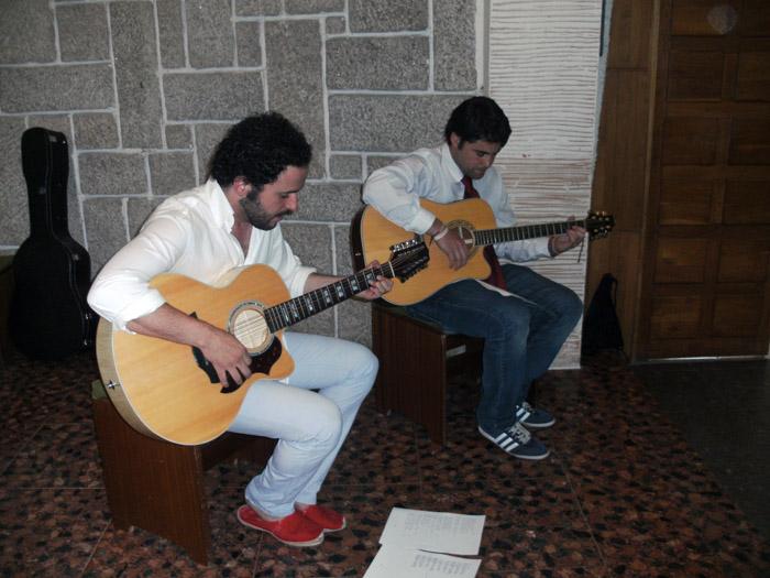 Cantando y tocando guitarra. Campamento salamanca