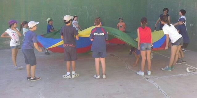 juego de paracaidas en el campamento