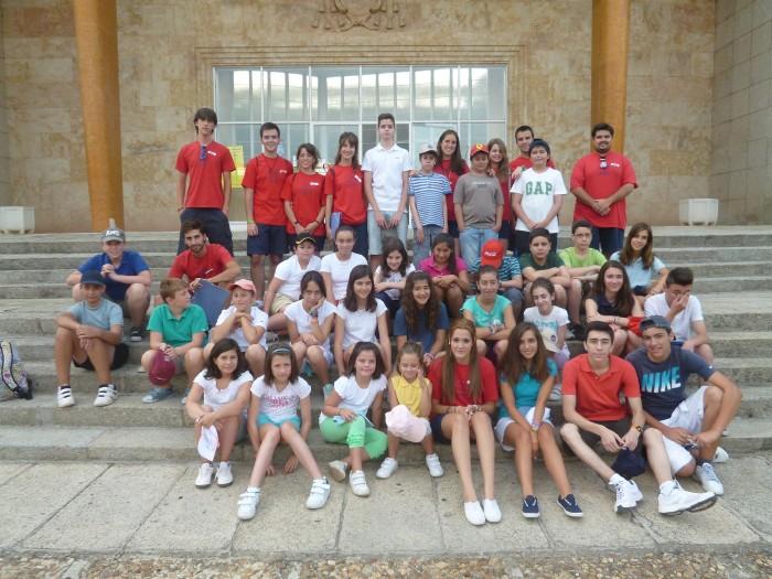 Grupo niños del campamento de verano en Salamanca