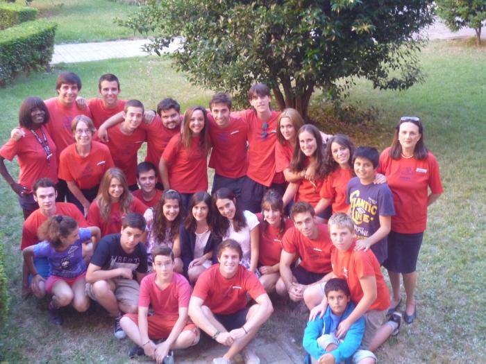 Monitores y niños del campamento de verano