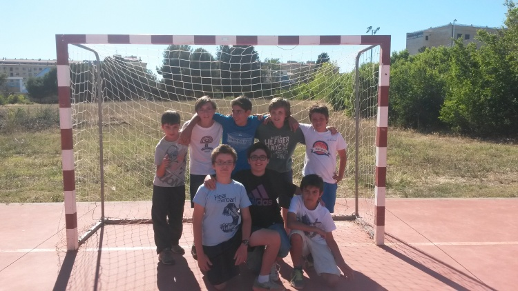 Grupo de niños. Deportes en colonias de verano