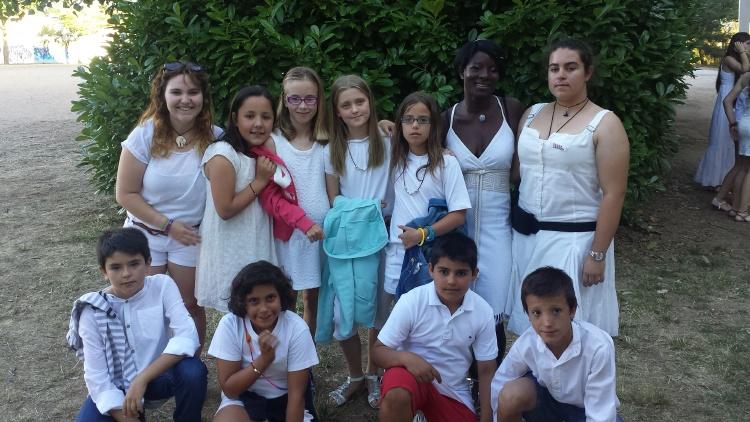 Grupo de niños del campamento en la fiesta ibicenca