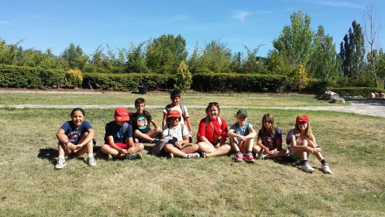 Grupo de niños y monitor en campamentos