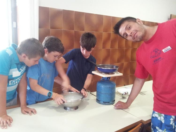 Taller de cocina para niños en el campamento. Concurso de recetas