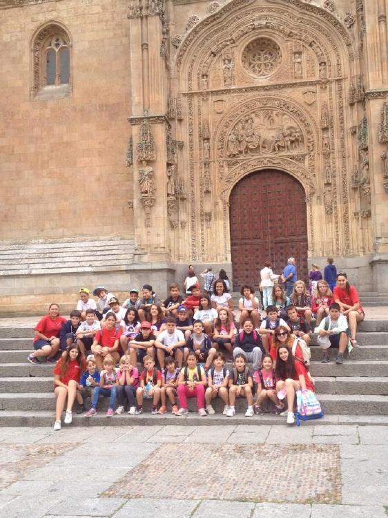 Grupo de niños visita a Salamanca en el campamento.