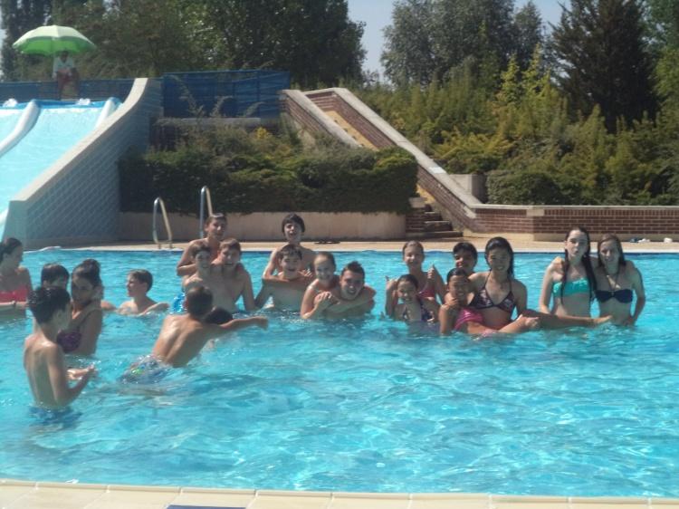 Niños en la piscina del campamento