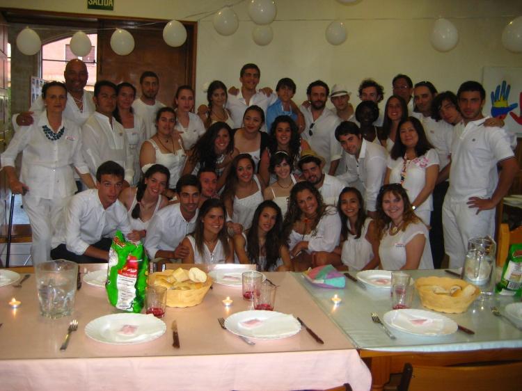 Fiesta ibicenca. Monitores del campamento en Salamanca con ingles