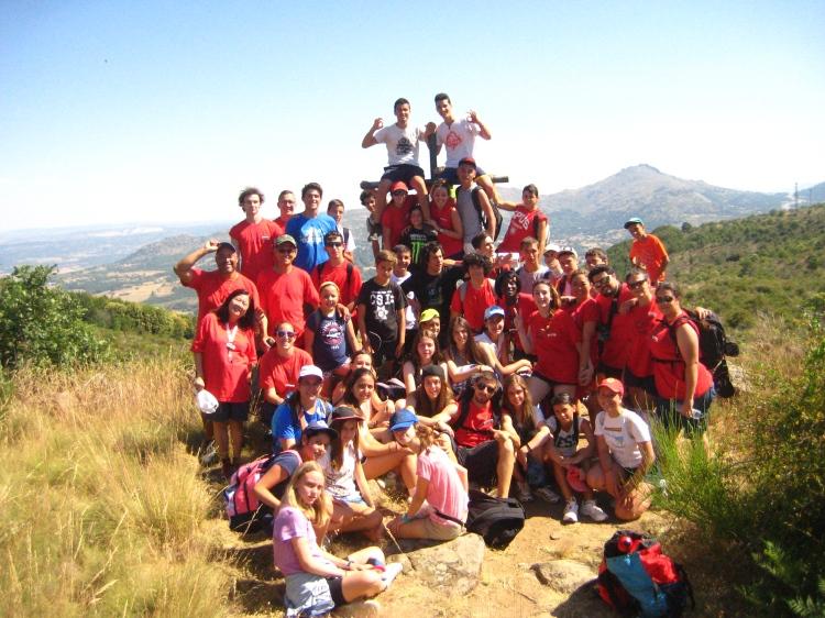 Grupo niños actividades multiaventura campamento