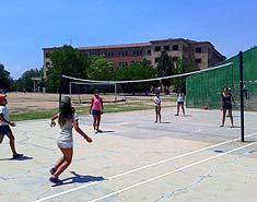 Instalaciones deportivas del campamento de verano con inglés o francés en Salamanca. Para niños en Julio.