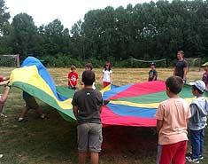 Actividades. Paracaidas Campamento de verano en Madrid para niños. Sierra norte en julio.
