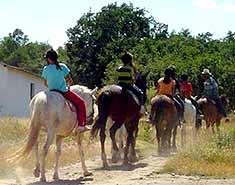 Campamento de verano con inglés en Segovia, Riaza, España. Equitación. Paseo a caballo.