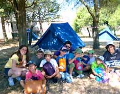 Acampada y montaje de tiendas en julio. Colonia de verano en Salamanca. Actividades para niños.