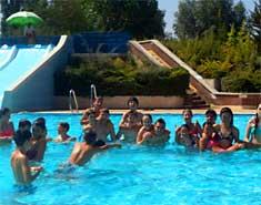 Piscina en el campamento de inglés o francés en julio. Salamanca. Actividades de verano para niños.
