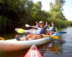 Piragua en el Rio Tormes. Campamentos de verano con idiomas en España. Actividades para niños en julio.