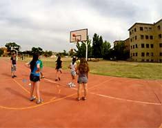Instalaciones deportivas en el campamento de inglés o francés en julio. Salamanca. Actividades de verano para niños.