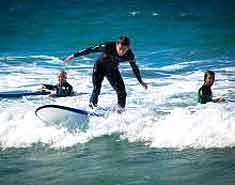 Campamento multiaventura en Asturias, España. Actividades verano. Surf.