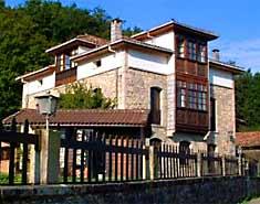 Fachada del albergue. Campamento multiaventura en Asturias, España, Picos de europa. Verano.