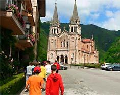 Campamento multiaventura en Asturias, España. Actividades verano. Covadonga.