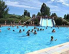 Piscina y toboganes en Salamanca. Campamento de verano con inglés y francés en España. Julio