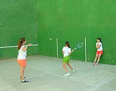 Instalaciones deportivas (Frontón) Campamento de verano con inglés o francés en Salamanca. Julio.