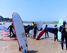 Campamento multiaventura en Asturias, Picos de Europa, España. Verano. Surf