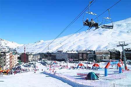 Vista de Grandvalira desde un telesilla. Andorra para esquiar.