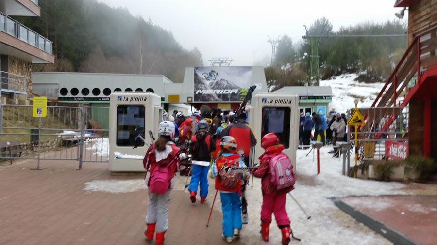 Curso ski sábados 2015. Entrada a la estación de La Pinilla