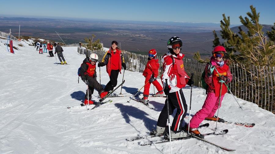 Curso ski sábados 2015. Grupo de Irene dando clase de esquí