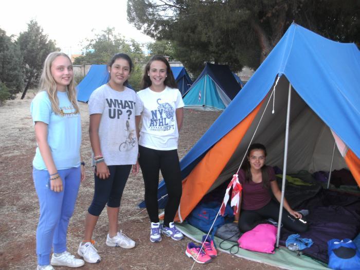 Niños acampada en campamento