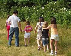 Grupo de niños en campamentos. Cuál es la mejor edad recomendada para ir a una colonia de verano.