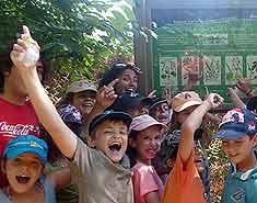 Senderismo. Durante el campamento de verano en Madrid en la Sierra. Recomendado y de confianza para niños en Julio
