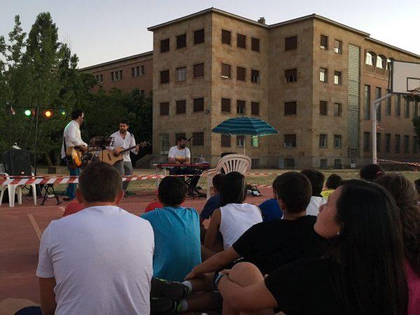 Concierto en el campamento con idiomas de Salamanca