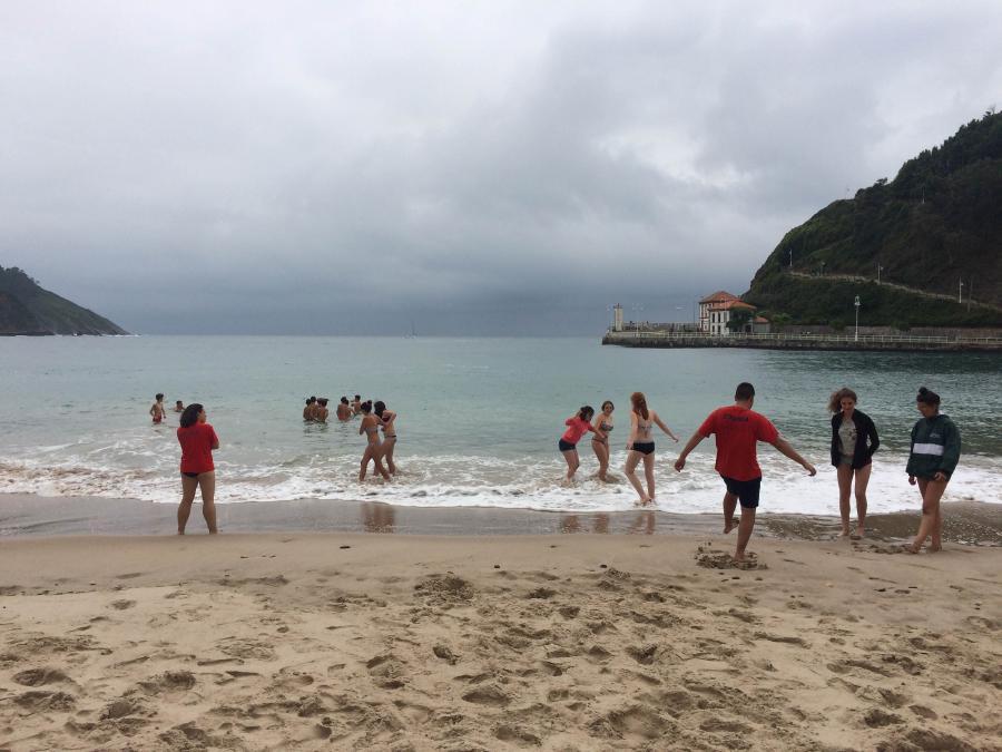 Baño en la playa del Campamento de multiaventura