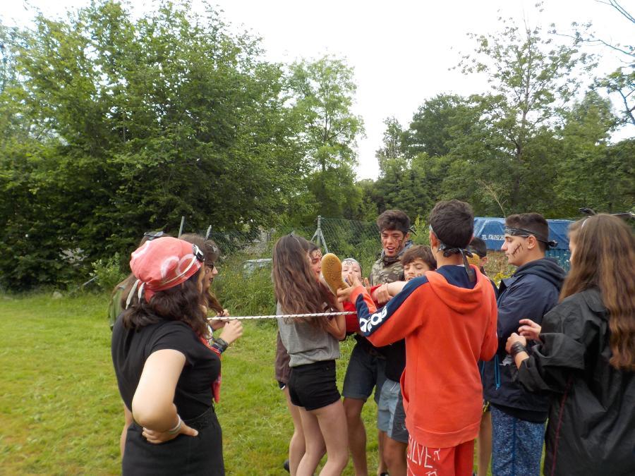 Piratas haciendo una gymkana en el Campamento de multiaventura en Asturias