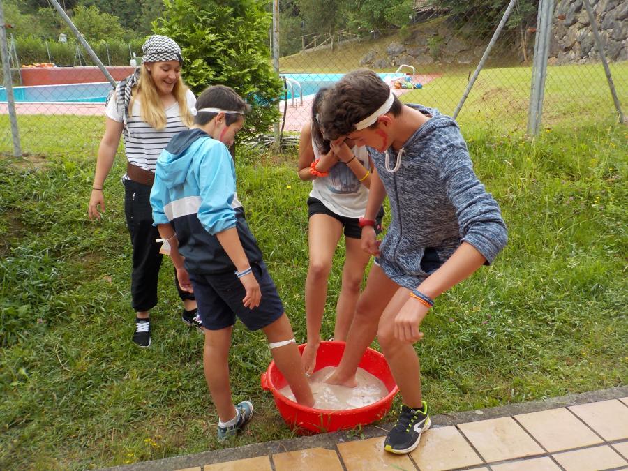 Superando las pruebas piratas en el Campamento de multiaventura en Asturias