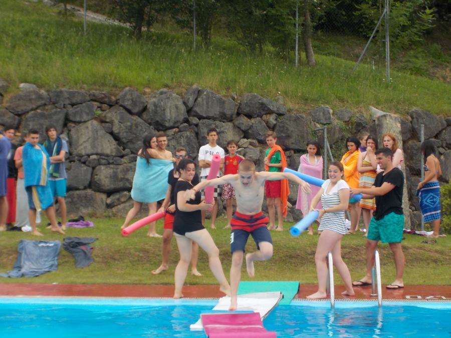 Piata al agua en el campamento multiaventura de Asturias