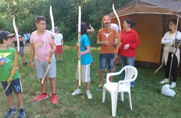 iniciación de tiro con arco de los grupos de tiendas y residencia del campamento de verano