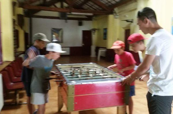 Futbolines en el campamento residencial con idiomas de la casona de prado