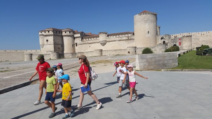 Excursión a Cuellar y visita teatralizada del Campamento La Casona del Prado con idiomas