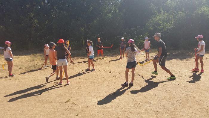 Deportes en la pradera del campamento residencial La Casona del PRado