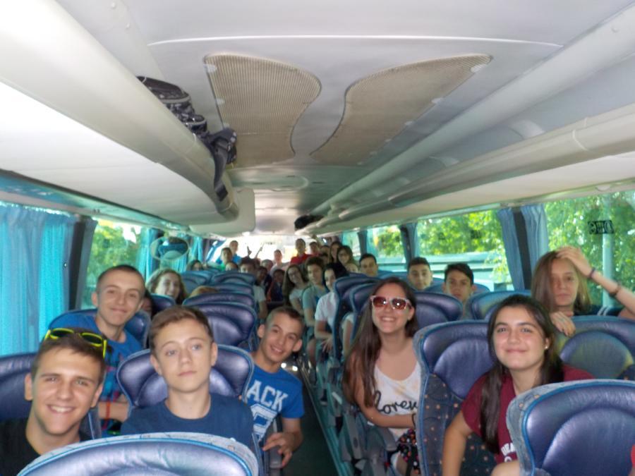 Niños viaje autobus al campametno