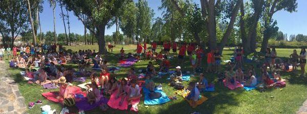 Día de relax en la piscina de los grupos del curso intensivo de inglés y campamento residencial con idiomas en Salamanca
