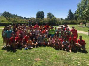 Grupo de niños en campamento de verano. Razones para ir de campamento educativo