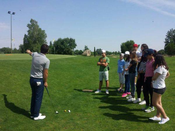 Aprendiendo a jugar al golf en el curso intensivo de inglés de salamanca