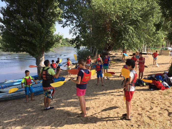Aprendiendo piragua en el campamento de Salamanca con idiomas