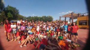 Cancelación de los campamentos de verano. Grupo de niños. Covid19 coronavirus