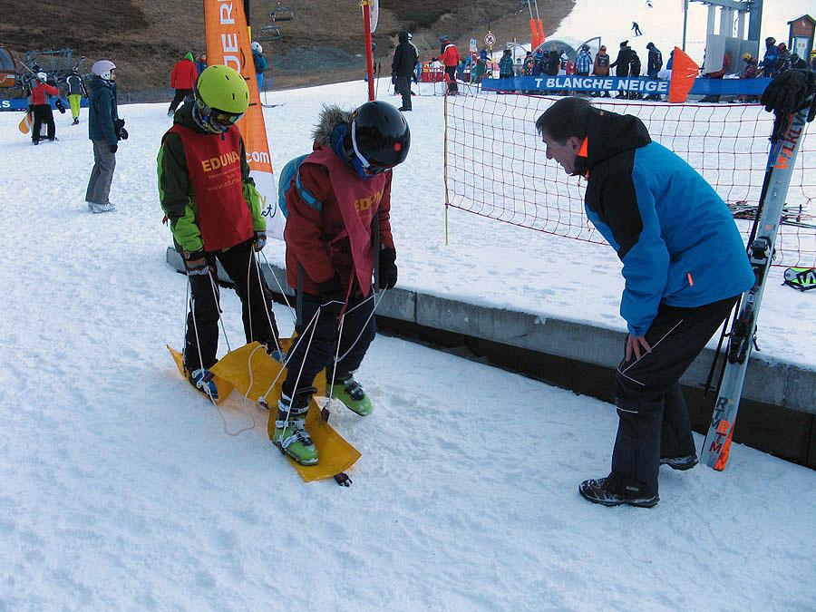 Haciendo esquí tandem en la gynkana organizada del cursillo de ski en peyragudes