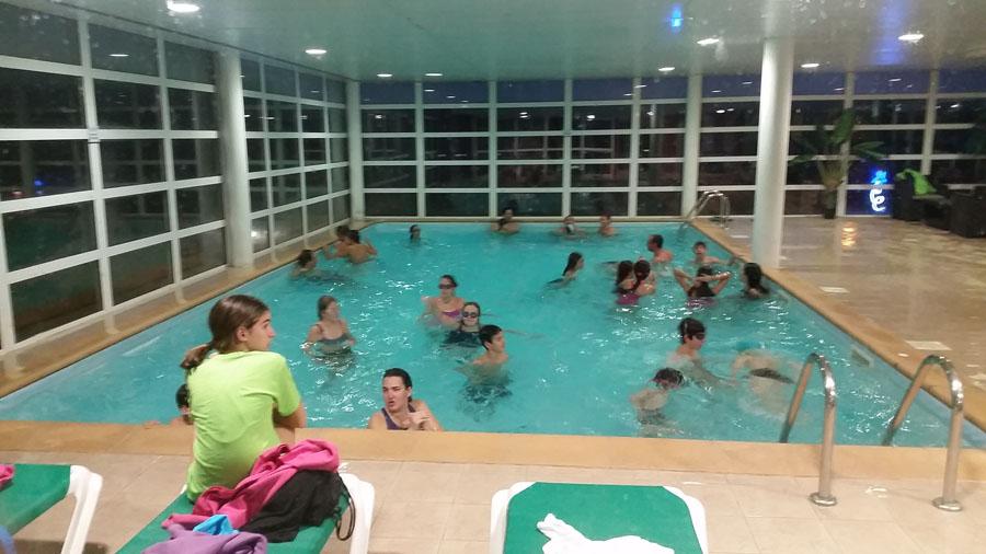 Relajandonos en la piscina después de esquiar en los pirineos franceses